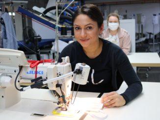 Hersteller von Moden für Bräutigam näht Corona-Masken