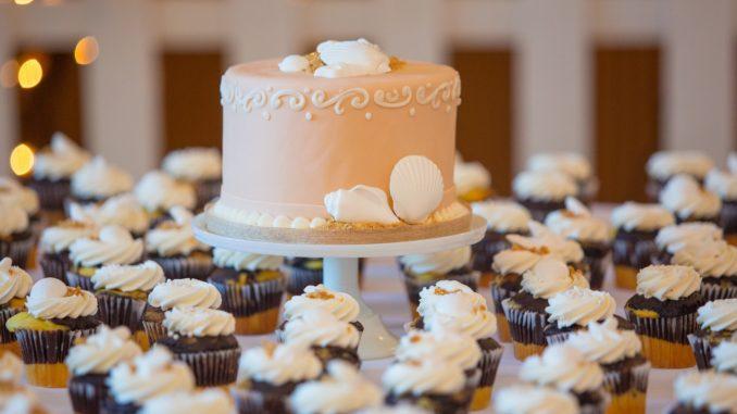Hochzeitstorte und Cupcakes