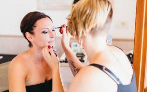 Make-up Artist schminkt Braut