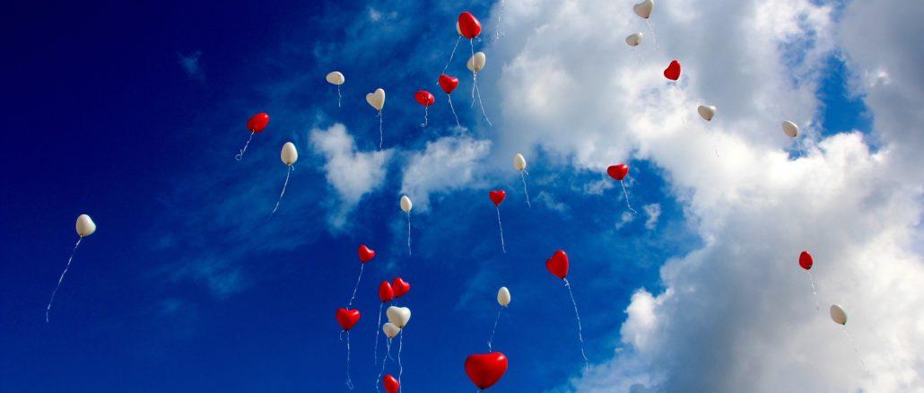 Zur Hochzeit Ballons in den Himmel steigen lassen