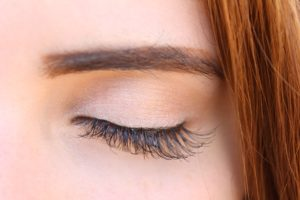 Auge mit Kontur und Make-up